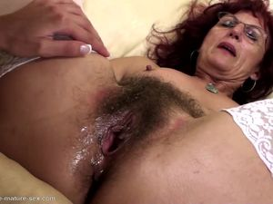 Deep fisting for sexy mature mom's..